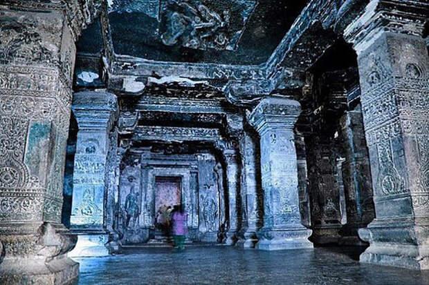 Точно неизвестно кто именно построил храм, не сохранилось никаких документальных свидетельств, приписывают его Кришне I.