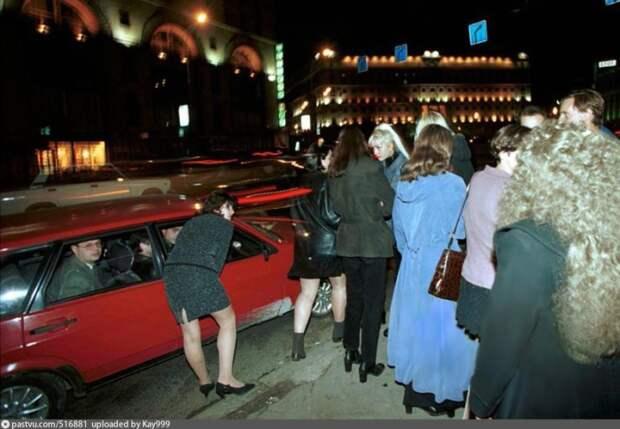 Нелегкая работа девушек на ночных московских улицах. Москва 1995 год.