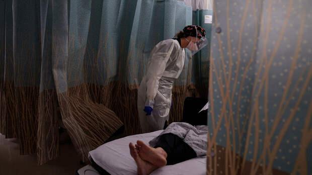 Медсестра разговаривает с пациентом, у которого проявляются симптомы коронавируса, в отделении неотложной помощи Медицинского центра в Лос-Анджелесе - РИА Новости, 1920, 17.04.2021
