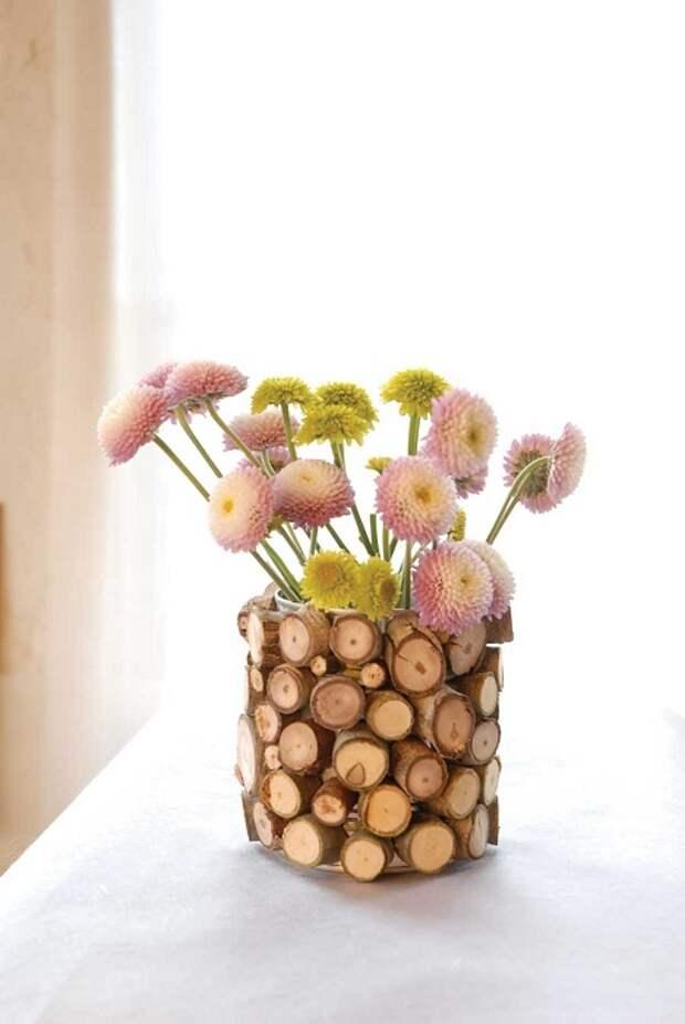 Оригинальное оформление вазы для цветов с помощью дерева, что выглядит очаровательно и нежно.