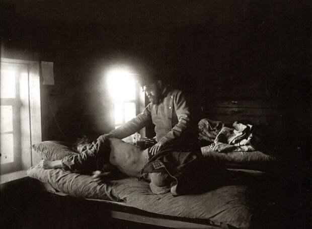 Доктор Решетилов осматривает больного сыпным тифом Кузьму Кашина в селе Накрусове.