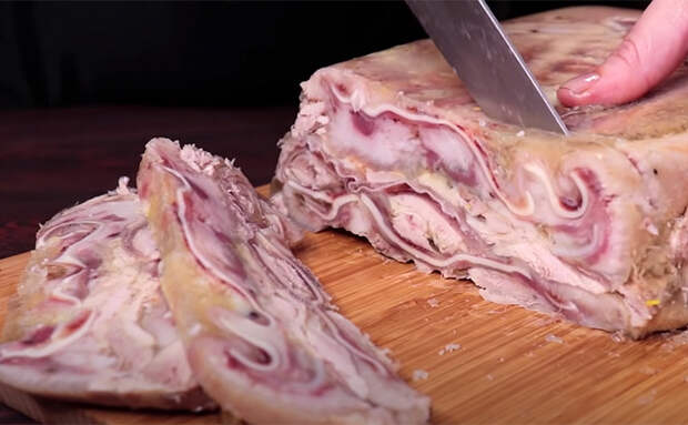Кладем мясо с курицей в форму и получаем деликатес в нарезку: едим на завтрак и как закуску