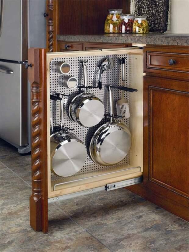 Вместо традиционной бутылочницы закажите выдвижной шкаф для кухонной утвари