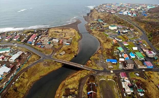 На фото: вид на город Курильск на острове Итуруп. Итуруп - остров южной группы Большой гряды Курильских островов, принадлежность которого оспаривает Япония, рассматривая его территорию как часть субпрефектуры Нэмуро префектуры Хоккайдо