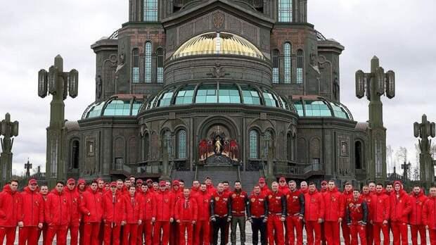 Хоккеисты и тренеры сборной России возложили цветы к монументу «Матери победителей»