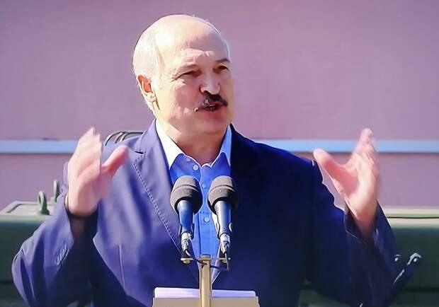 """Лукашенко готов воевать с НАТО, чьи войска """"шевелятся и лязгают гусеницами"""" у границ Белоруссии"""