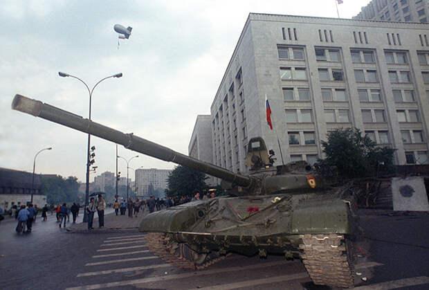 Военная техника у здания Верховного Совета РСФСР. Август 1991 года