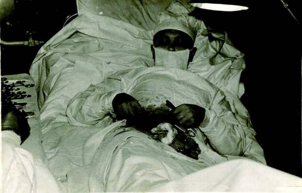 5. Памятник человеческому мужеству: врач оперирует себя сам медицина прошлого, медицинская процедура, медицинские истории