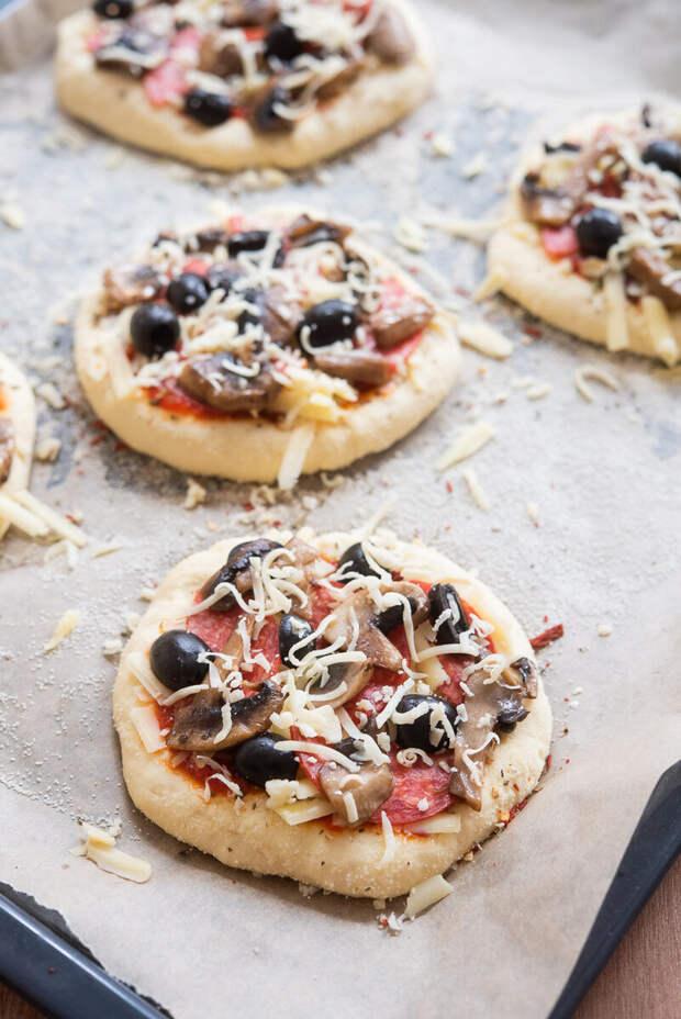 Мини пиццы с маслинами, салями,грибами и моцарелой