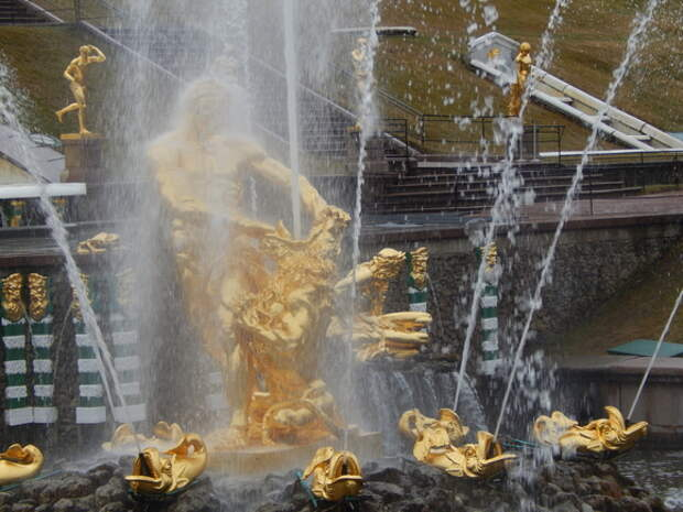 Выходные в Петербурге: «Ночь музеев», праздник фонтанов и фестиваль тюльпанов