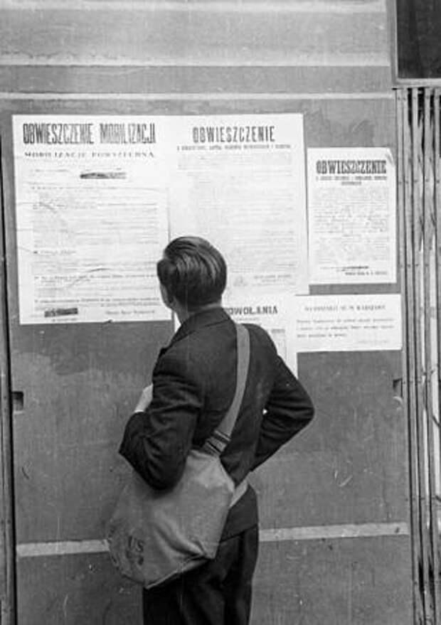 Молодой человек читает мобилизационное оповещение