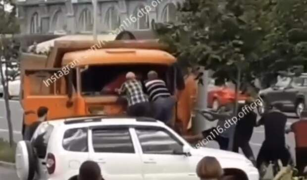 ВКазани водителя «Камаза» зажало вкабине после столкновения состолбом