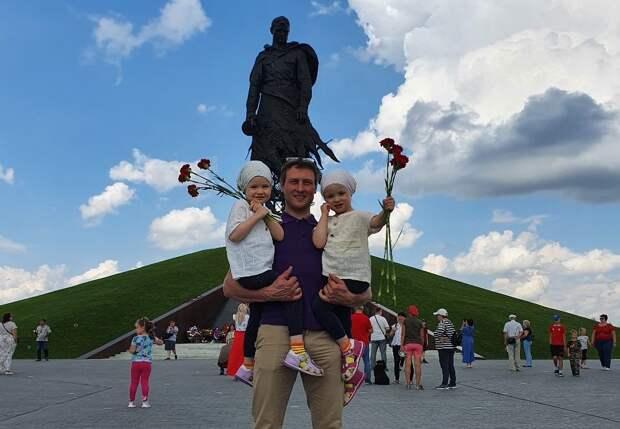 Скульптор Андрей Коробцов показал мемориал в Тверской области своим принцессам