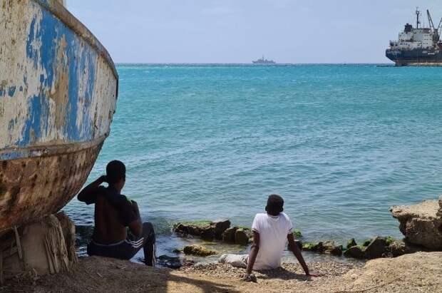 В испанском порту перевернулось грузовое судно
