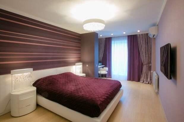 Комбинированные шторы к полосатым обоям в спальню