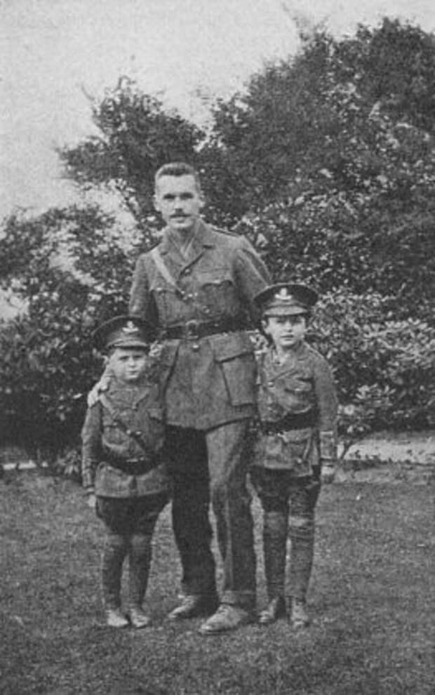 Кингсли с братьями Адрианом и Денисом.