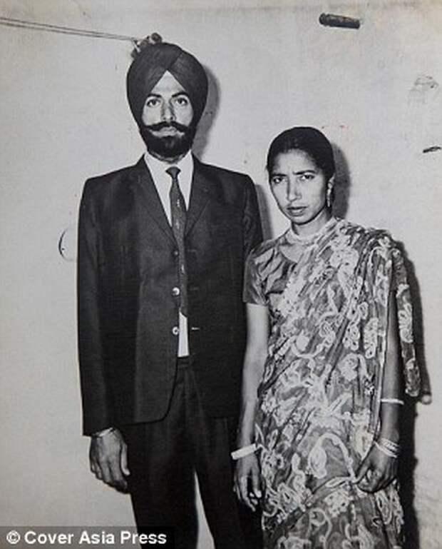 Семья Сингхов в 70-е годы Мать и сын, пожилая женщина, старородящие