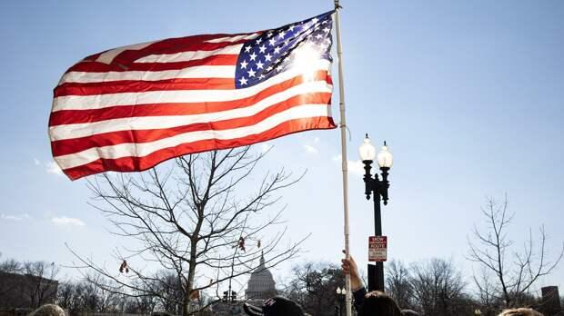 Американский флаг возле здания Капитолия США во время инаугурации избранного президента Джо Байдена - РИА Новости, 1920, 18.05.2021