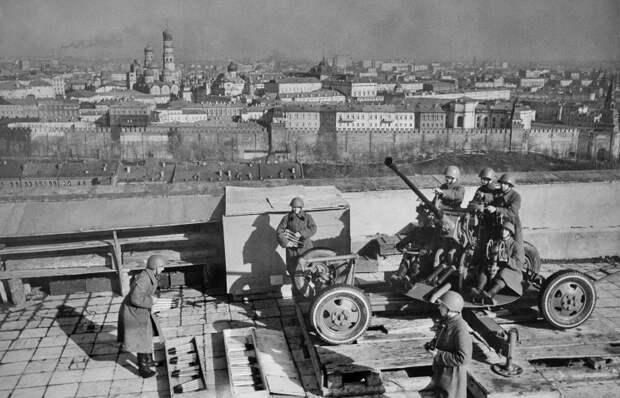 Вид на Кремль с крыши библиотеки им. В. Ленина 1942 год.jpg