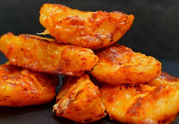 Посыпаем картошку специями и сразу жарим до яркой корочки