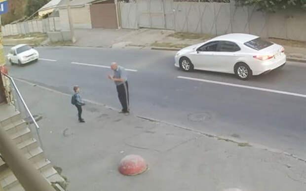 Свечку надо поставить: ребенка сбивает машина, а тому хоть бы что! (но видео — жесть)