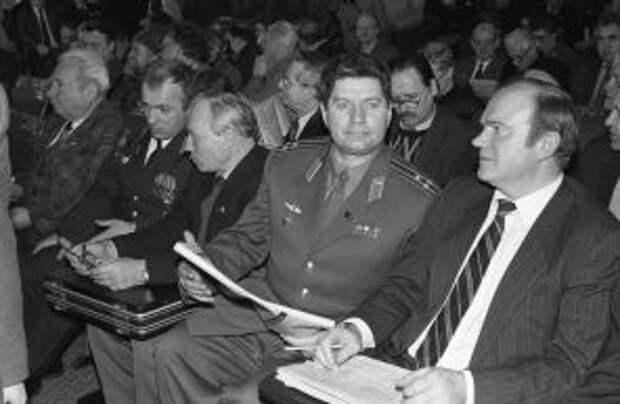 На фото: участники собрания В. Алкснис и Г. Зюганов во время проведения Всеармейского офицерского собрания в здании исполкома Пролетарского района столицы, 1993 год