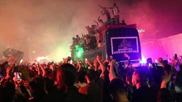 Игрок «Коджаэлиспора» выпал из автобуса во время празднования выхода в первую лигу