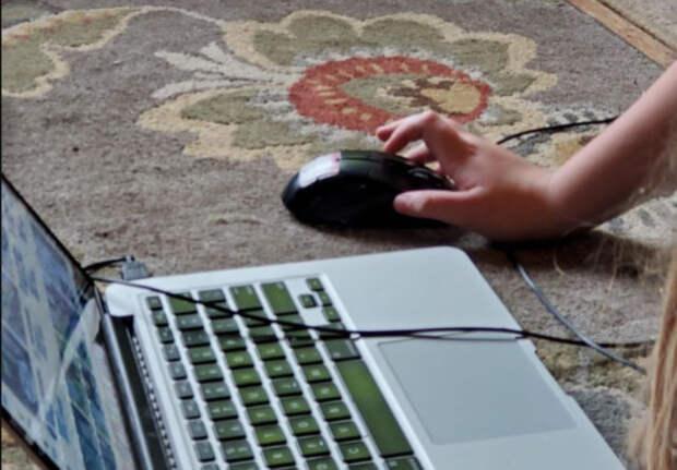 ноутбук на полу