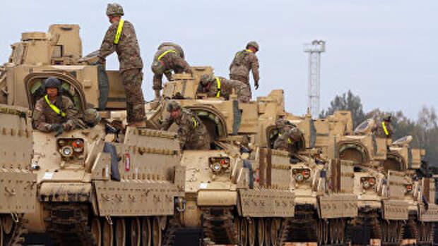 Солдаты армии США и бронемашины «Брэдли» на железнодорожной станции недалеко от военной базы Рукла в Литве