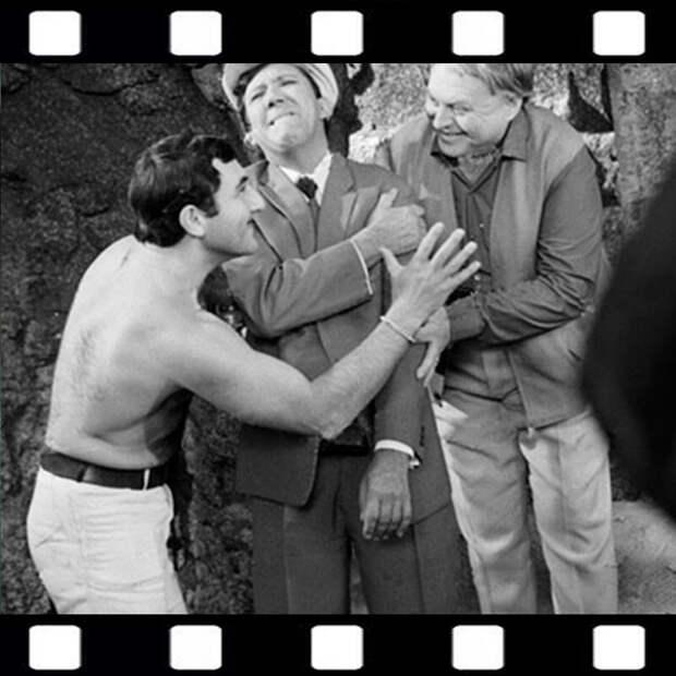 """7 кадров из фильма """"Бриллиантовая рука"""", которые позволят взглянуть на картину по-новому"""