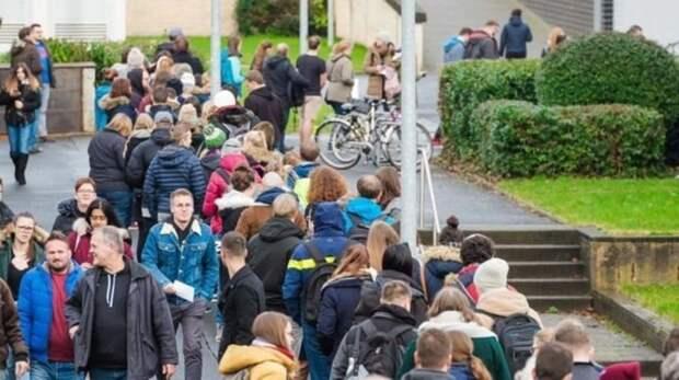 Тысячи студентов выстроились в очередь за паролем к электронной почте -  Зеркало Мира