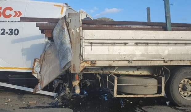 Кабину полностью смяло: грузовик ифура столкнулись натрассе под Екатеринбургом