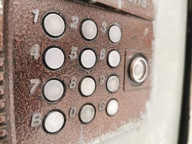 В подъезде дома в Рогачевском отремонтировали проводку домофона