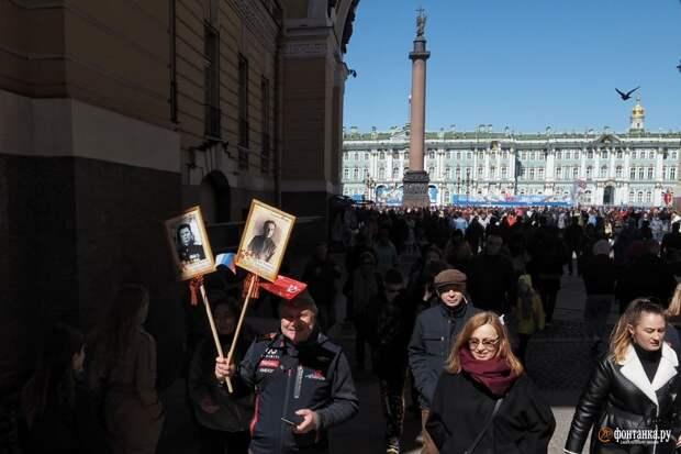 «Бессмертный полк» ушел в партизаны. Петербуржцы вышли на улицы портретами воевавших предков