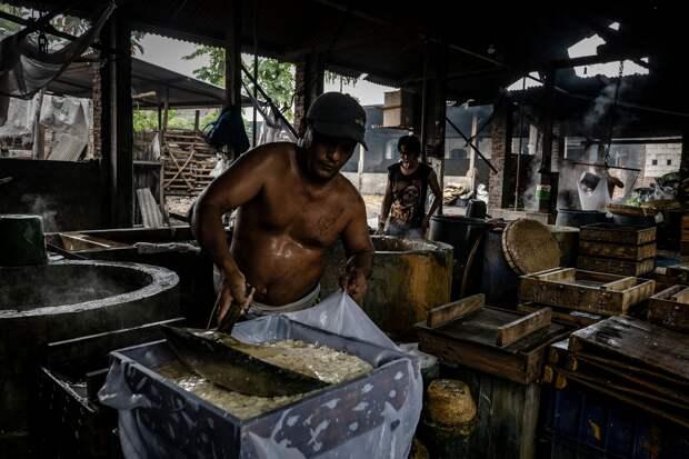 Коммерческая кухня в Tropodu, Индонезия готовит тофу, используя как топливо собранный для рециклинга пластик