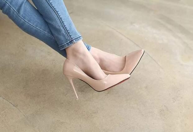 девушка в джинсах и бежевых туфлях на шпильке