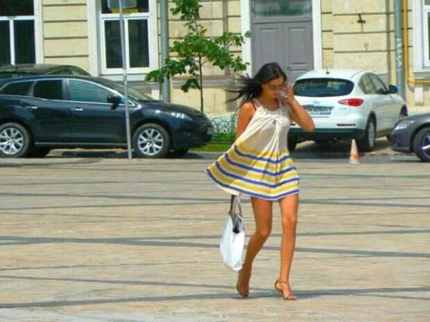 Девушки на улицах городов