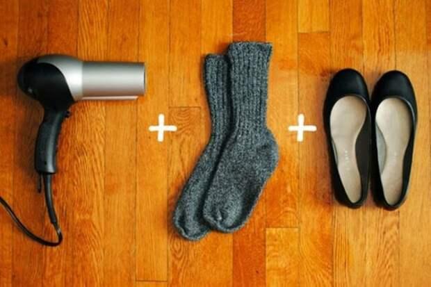 фен, носки и балетки на полу