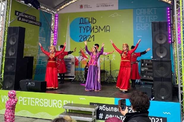 Огромные смартфоны на Неве, парад цветов и секретное вечернее шоу. Как в Петербурге прошел День туризма, о котором почти никто не знал