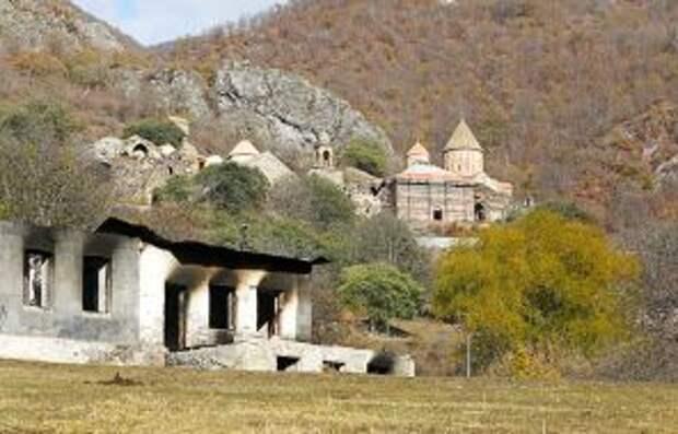 На фото: вид на покинутое местными жителями здание и монастырь Дадиванк в селе Дадиванк