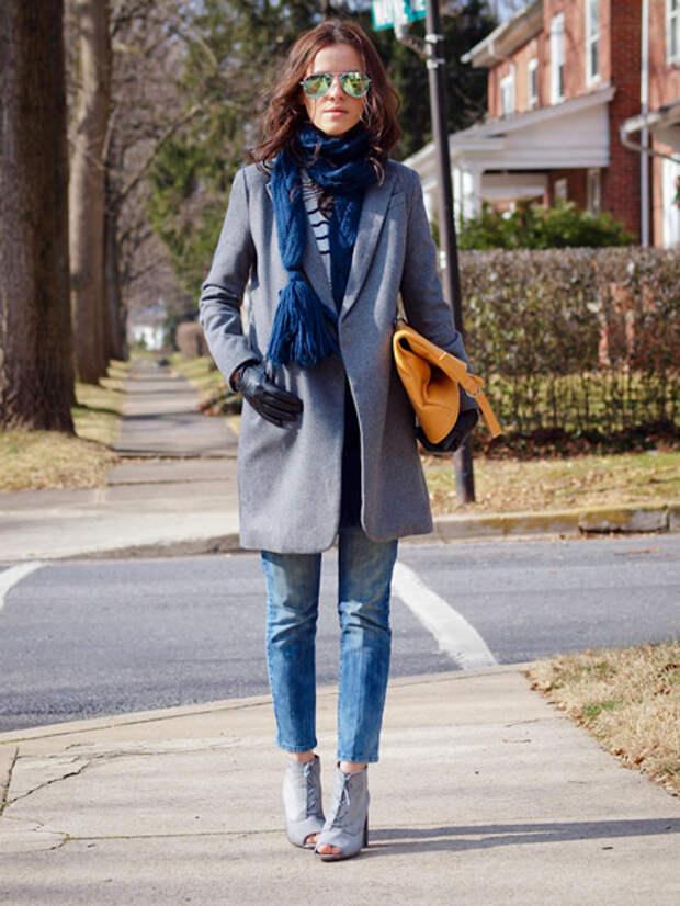 Девушка в сером пальто и перчатках