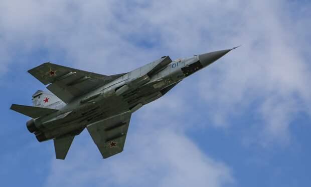 """Экипажи истребителей МиГ-31БМ уничтожили """"врага"""" над Тихим океаном"""