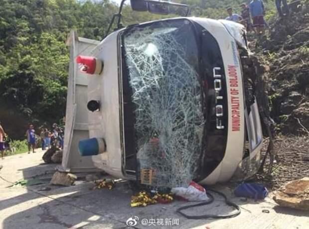 На Филиппинах 7 школьников погибли в рухнувшем со скалы грузовике