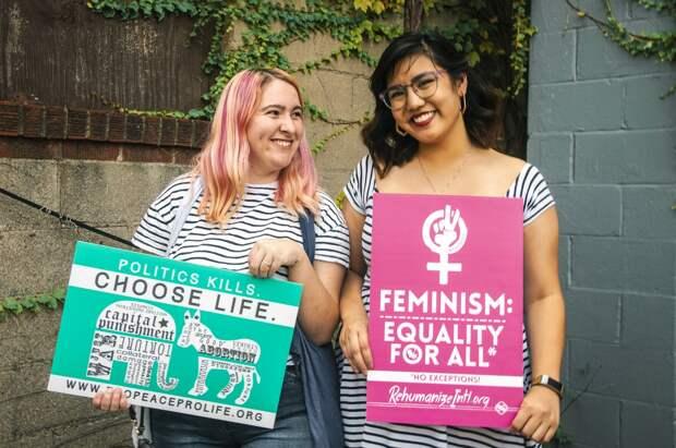 Девушки с плакатами