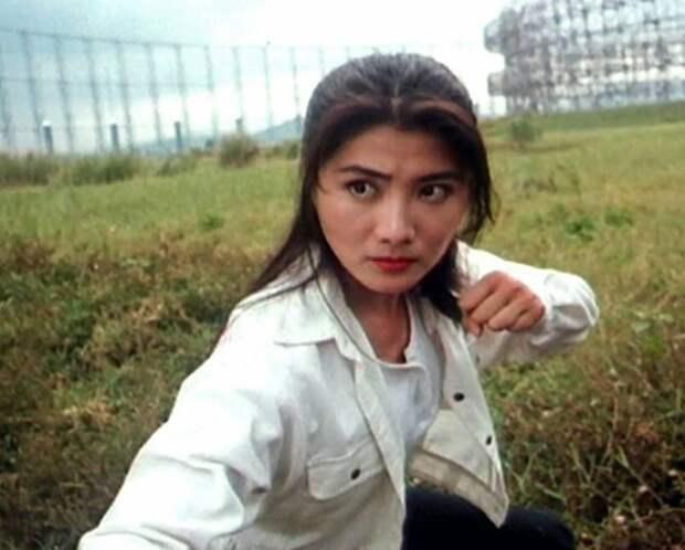 Красотка из 90-х Синтия Кхан