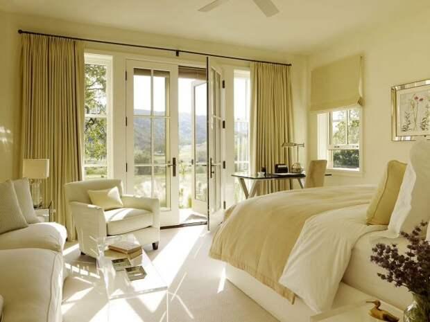 Сдержанная пастельно-желтая спальная комната с нотками минимализма и модерна
