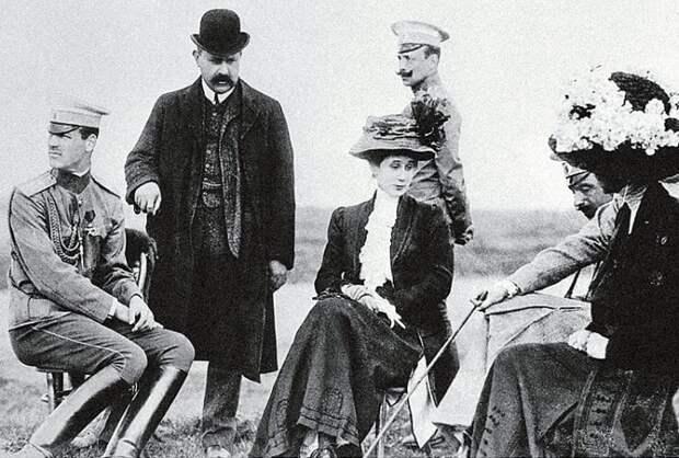 Великий князь Михаил Александрович (слева) и Наталья Сергеевна Брасова (в центре). Гатчина, 1916   Фото: liveinternet.ru