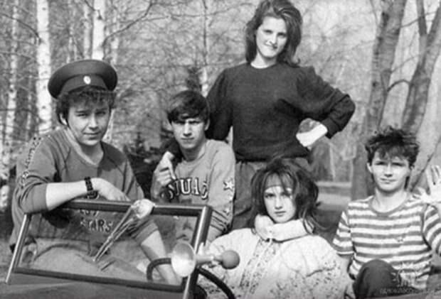 Такими их мало кто помнит... Редкие снимки наших знаменитостей из «прошлой жизни».