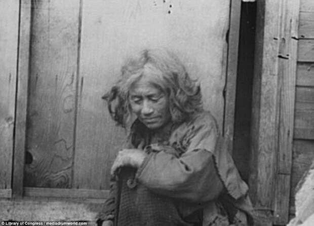 Пожилая женщина у деревянного дома айны, история, народ, фотография