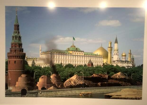 На полотне — разрушенная Кремлёвская стена, исламский флаг над Большим Кремлёвским дворцом, на заднем плане — мечеть Фото: Эдвард ЧЕСНОКОВ